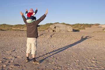 Dänemark, Blåvand, kleines Mädchen und ihr Vater spielen am Strand