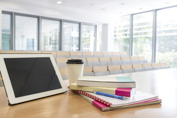Polen, Warschau, Bücher, Hefte, Tablet PC und ein Kaffee auf Rednerpult im Hörsaal der Technischen Universität