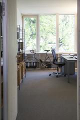 Rennrad in modernem Büro
