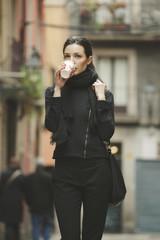 Spanien, Katalonien, Barcelona, junge schwarz gekleidet Geschäftsfrau, Kaffee trinkend