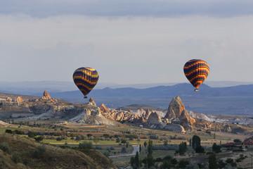 Türkei, Ost-Anatolien, Kappadokien, zwei Heißluftballons Staubsaugen über Tuffstein-Formationen auf Göreme Nationalpark