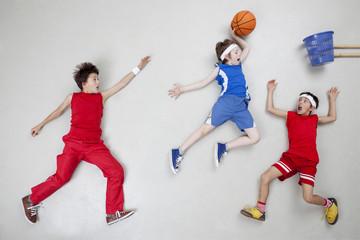Jungen spielen Basketball
