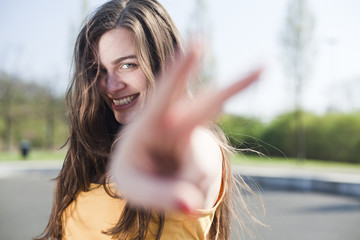 Portrait einer glücklichen jungen Frau im Freien