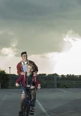 Zwei Jungen mit BMX-Rad und Kopfhörern