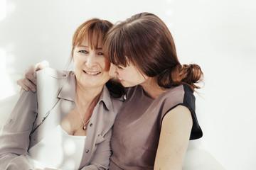 Portrait von Mutter und Tochter, die zusammen lachen
