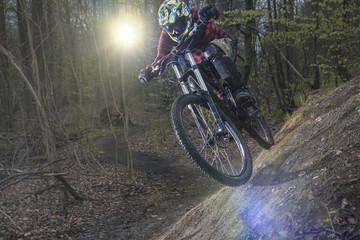 Deutschland, Niedersachsen, Deister, Biken im Wald