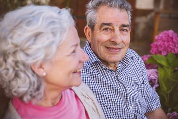 Senioren, Paar sitzt im Hof