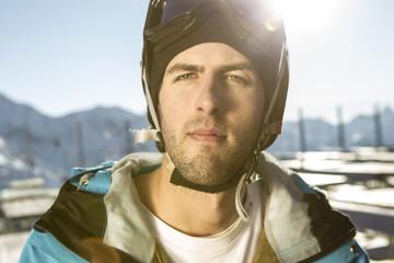 Österreich, Vorarlberg, Riezlern, junger Mann mit Skibrille