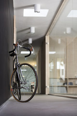 Rennrad steht im Korridor von modernem Büro