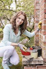 Frau, die im Garten arbeitet