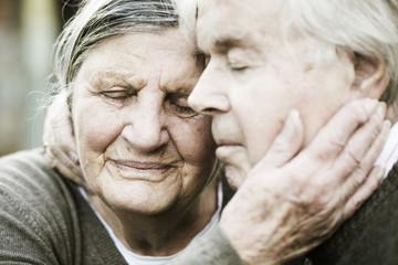 Älteres Paar Kopf an Kopf mit geschlossenen Augen