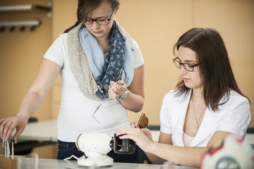 Berufsschüler mit Optiker-Gerät
