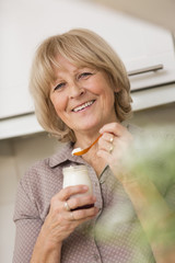 Frau mit Glas Joghurt