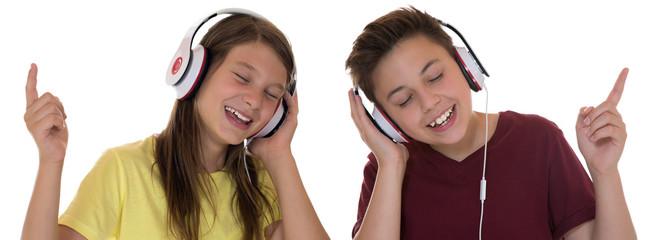 Junge Teenager oder Kinder mit Kopfhörer hören Musik