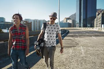Zwei Freunde zu Fuß auf der Straße mit Golftasche
