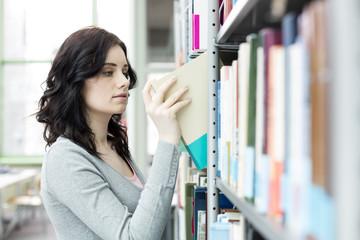Student in einer Universitätsbibliothek