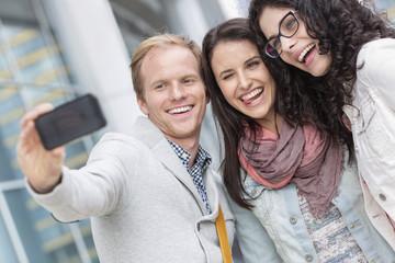 Drei glückliche Freunde draußen, Selfie