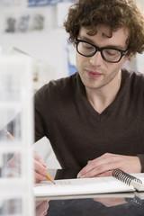 Porträt des jungen Architekten in seinem Büro arbeitend
