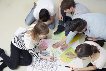 Gruppe von kreativen Profis, auf dem Boden