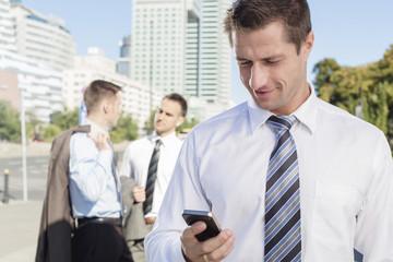 Polen, Warschau, Geschäftsmann hält Mobiltelefon