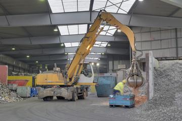 Bagger in einer Schrott-Recycling-Anlage