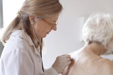 Heilpraktikerin und ältere Frau