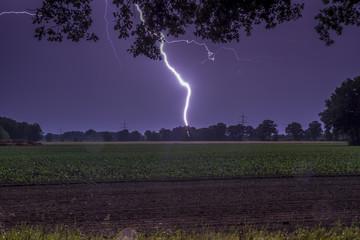 Deutschland, Niedersachsen, Handorf, Blitzschlag auf dem Land in der Nacht