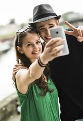 Glückliches junges Paar macht ein Selfie