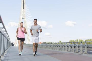 Polen, Warazwa, junges Paar trainiert in der Stadt