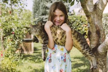 Mädchen mit Katze im Garten