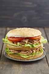Burger mit gerupftem Schweinefleisch, Tomaten und Salat