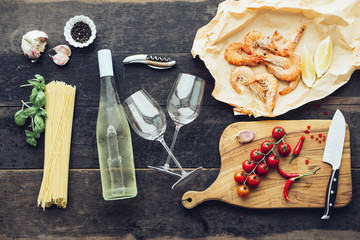 Zutaten für Pasta mit Garnelen, Tomaten und Weißwein