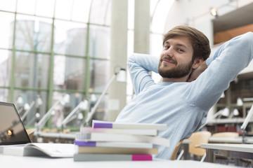 Student zurückgelehnt in einer Universitätsbibliothek