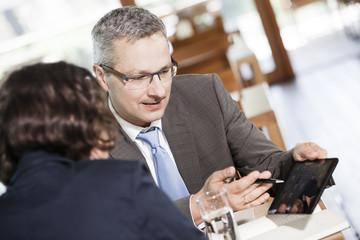 Geschäftsmann und Geschäftsfrau, im Restaurant