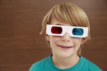 Deutschland, Junge mit 3D-Brille
