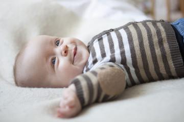Portrait des glücklichen Babys auf Decke