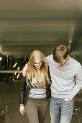 Junges Paar, umarmt sich auf Treppe