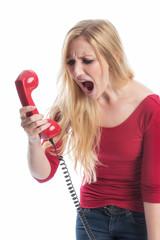 Frau brüllt in ein Telefon