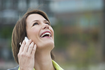 Geschäftsfrau mit Handy, lächelnd