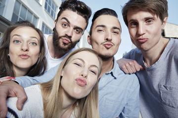 Gruppe von Freunden, schiessen ein Selfie