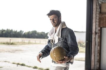 Cooler Mann mit Fußball