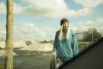 Deutschland, Mannheim, Junge Frau am Skate-Park