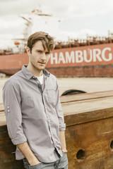 Deutschland, Hamburg, Hafencity, junger Mann am Hafen