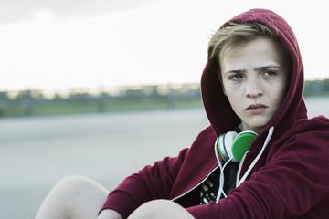 Teenager im Freien, mit Kapuzenjacke