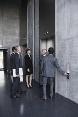 Gruppe von Geschäftsleuten, Stehend bei Aufzug