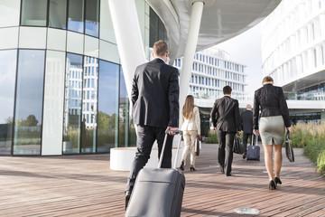 Gruppe von Geschäftsleuten, Ankunft am Hotel