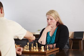 Schach, Frau, nachdenklich