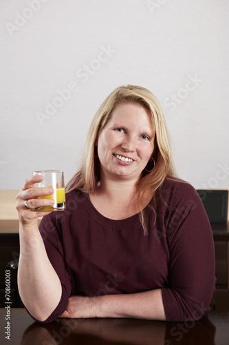 canvas print picture Frau trinkt Orangensaft