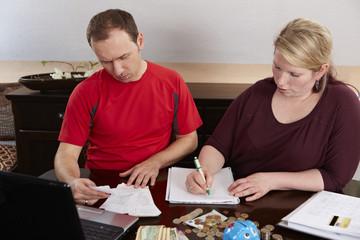 Ehepaar überprüft  ihre Ausgaben