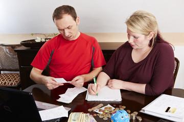 Ehepaar überprüft  ihre Ausgaben 2